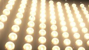 STORA väggljus och fallande skinande guld- konfettier för partiet, mode, videopp befordringar för dansklubba, animering 3d arkivbild