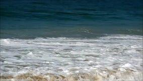 Stora vågor av Atlanticet Ocean på den Copacabana stranden, Rio de Janeiro, Brasilien, Sydamerika stock video