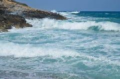 Stora vågor i en stenig strand av Kreta Arkivbild