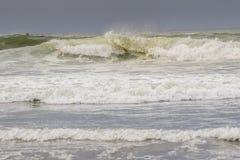 Stora vågor i havet Fotografering för Bildbyråer