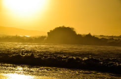 Stora vågor på Banzai Pipeline - norr kust, Oahu Royaltyfri Foto
