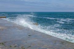 Stora vågor på det steniga kust- och blåtthavet royaltyfria foton