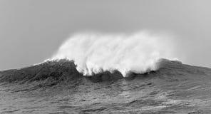 Stora vågor på molnig dag. Arkivfoto