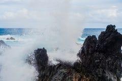 Stora vågor som över kraschar, vaggar royaltyfri foto
