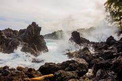 Stora vågor som över kraschar, vaggar royaltyfria foton