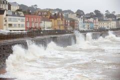 Stora vågor som bryter mot havsväggen på Dawlish i Devon Royaltyfri Foto