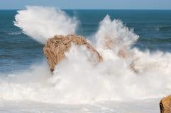Stora vågor som bryter mot, vaggar, Urros, Cantabria Royaltyfria Bilder