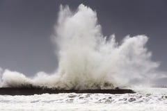 Stora vågor som bryter på den Plentzia vågbrytaren Arkivfoton