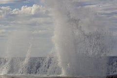 Stora vågor som bryter på kusten Royaltyfria Bilder