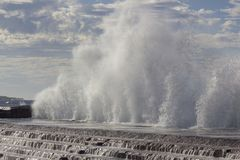 Stora vågor som bryter på kusten Royaltyfri Bild