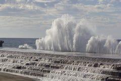 Stora vågor som bryter på kusten Royaltyfri Fotografi