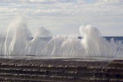 Stora vågor som bryter på kusten Arkivfoton