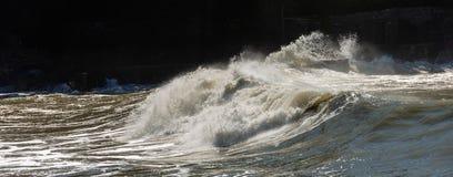 Stora vågor som bryter på kusten - Liguria Italien arkivfoton