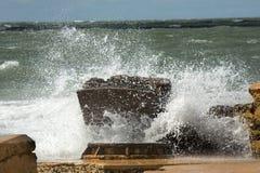 Stora vågor som kraschar in i, fördärvar av det Bigelow batteriet, Florida Fotografering för Bildbyråer