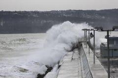 Stora vågor som kraschar på vågbrytaren Fotografering för Bildbyråer