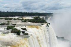 Stora vattenfall i djungelskog Royaltyfria Bilder