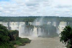 Stora vattenfall i djungelskog Arkivbild