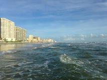 Stora vågor med skumrullning på Daytona Beach på Daytona Beach kuster, Florida Royaltyfria Bilder