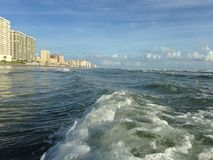 Stora vågor med skumrullning på Daytona Beach på Daytona Beach kuster, Florida Royaltyfri Fotografi