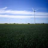 Stora vindturbiner på ett lantgårdfält i Sverige royaltyfri foto