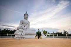 Stora vita buddha statyer med blå himmel Arkivfoton