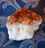 Stora vita Crystal Type Stone med guldöverkanten Arkivfoton