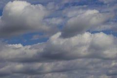 Stora vita stackmolnmoln i den blåa himlen royaltyfria foton
