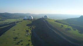 Stora vitbollar på berget Observatorium i Ryssland Van vid måttväder och radionavigation stock video