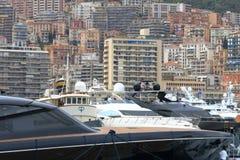 Stora yachter i Hercules Port av den Monaco staden Royaltyfri Fotografi