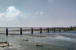 Storartad bro på flödande flodlandskap royaltyfri fotografi