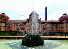 Storartad bulgarisk herrgård med springbrunnar framme av den arkivbilder