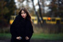 Storartad charmig gipsykvinna som blir i den utomhus- skogen Royaltyfria Bilder