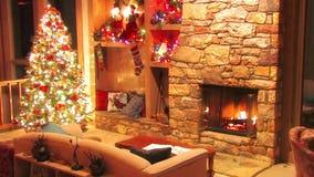 Storartad festlig sikt för ögla för atmosfär för garnering för rum för helgdagsafton för nytt år för julgran på journalvedträbrän stock video