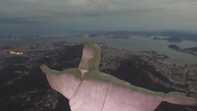 Storartad flyg- sikt på monumentet för staty för Cristo Redentor KristusFörlossare på det Rio de Janeiro berget i aftonsolnedgång stock video