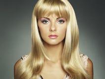 storartad fotokvinna för härligt hår royaltyfri fotografi