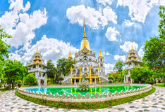 Storartad huvudsaklig korridor av templet Myanmar i Vietnam Arkivfoton
