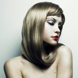 storartad kvinna för härligt blont hår Arkivbilder