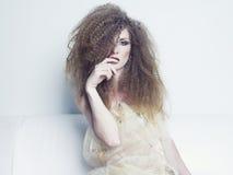 storartad kvinna för härligt hår arkivfoton