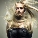 storartad kvinna för härligt hår Arkivbild