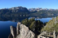 Storartad lugna dag i sjön royaltyfri bild