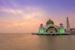 Storartad Masjid Selat Melaka moské med dramatisk solnedgång Arkivbild