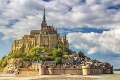 Storartad Mont Saint Michel domkyrka på ön, Normandie, royaltyfria bilder