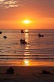 Storartad orange solnedgång som ses från kusten av a Royaltyfri Bild