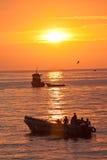 Storartad orange solnedgång som ses från kusten av a Royaltyfri Foto