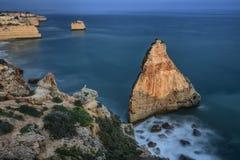 Storartad seascape av stranden av Marinha för solnedgången Algarve royaltyfri foto