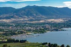 Storartad sikt över Okanagan sjön och dalen med höga moln i himlen royaltyfri foto