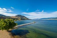 Storartad sikt över Okanagan sjön och dalen med smal udde royaltyfri foto