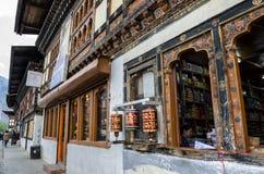 Storartad sikt av den Paro staden i Bhutan Arkivbild