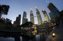 Storartad sikt av den Petronas tvillingbrodern i Kuala Lumpur Royaltyfria Foton