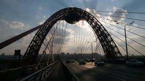 Storartad sikt av den pittoreska bron i solnedgången arkivfoton
